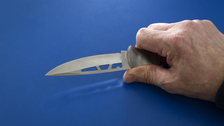 В Челябинске мужчина в одних трусах и с ножом угрожает детям