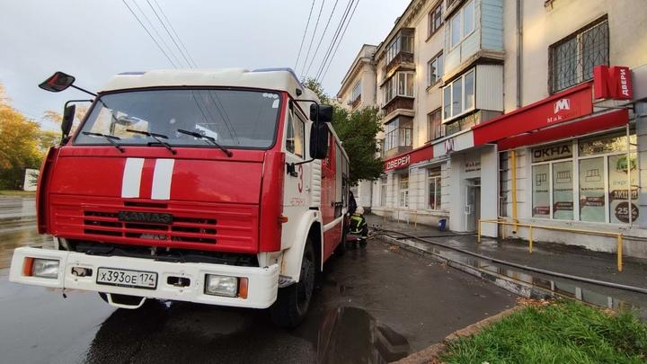 Жители дома на Свердловском проспекте Челябинска эвакуировались из-за пожара в магазине