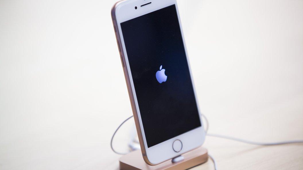Покупатели iPhone X со всего мира жалуются на появление зеленой полосы на экране