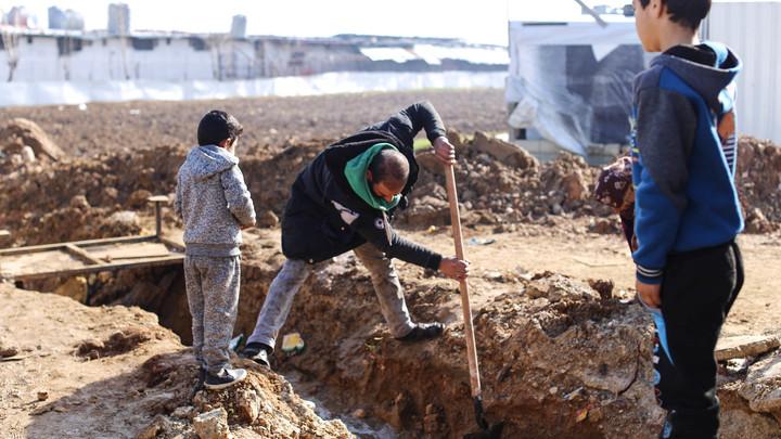 Число могил стремительно растёт: Американцев пригласили посмотреть, что творится в подконтрольном им лагере Эр-Рукбан
