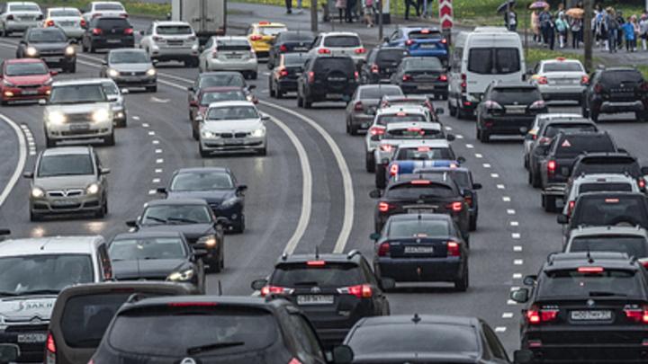 Подскажет о пешеходах и об открытых люках: В России появится первая умная дорога