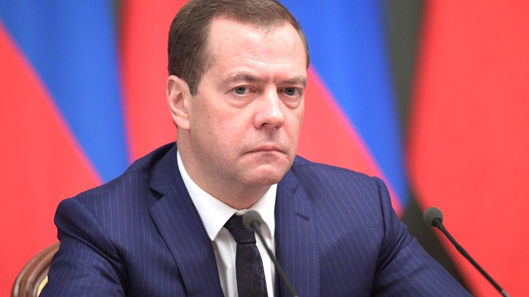 Премьер Медведев отчитал Рогозина запровальный запуск ракеты «Союз»