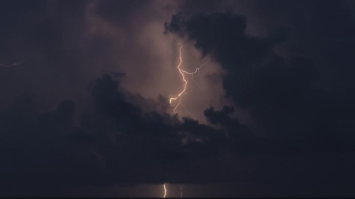 Страшно и красиво: в Феодосии сфотографировали гигантский смерч в лучах закатного солнца