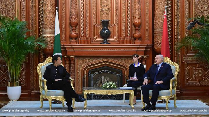 Лукашенко одарил премьера Пакистана малиновым вареньем и пригласил в Минск