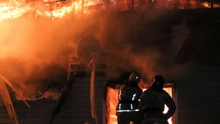 В Кургане на проспекте Машиностроителей сгорел второй этаж офисного здания