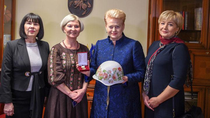 Украинская берегиня: Грибаускайте подарили разрисованную цветами белую каску