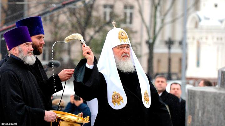 Патриарх Кирилл в Благовещение выпустил в небо белых голубей