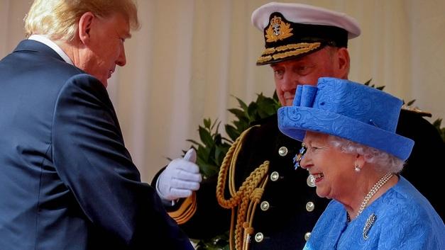 Трамп прибыл на чаепитие к Елизавете II, британцы в бешенстве - фото