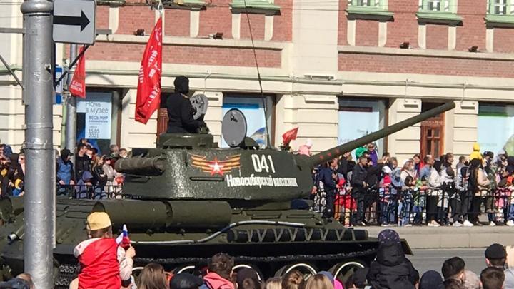 Мэр Новосибирска опроверг повреждение асфальта военной техникой во время Парада Победы