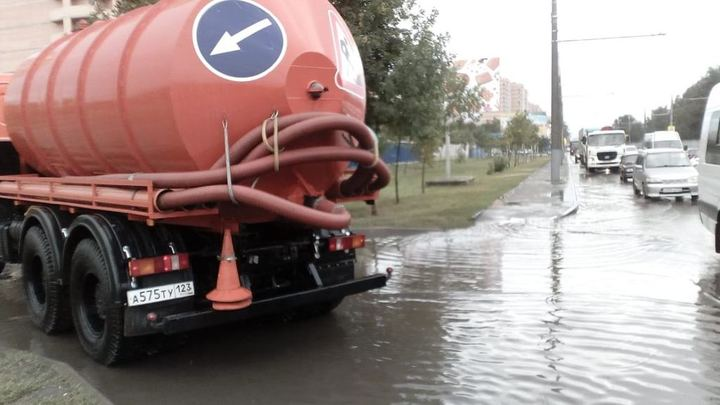 Ливень в Краснодаре 11 мая: На улицах города работает водооткачивающая техника