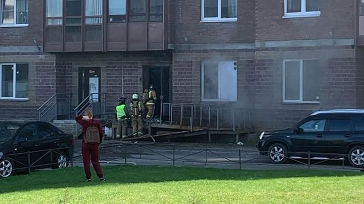 В Санкт-Петербурге загорелся продуктовый магазин на первом этаже высотки