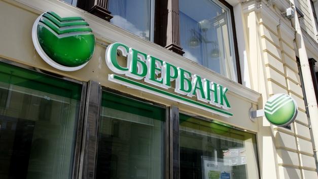 Клиенты Сбербанка тратят безналичным способом 60% поступлений на карты
