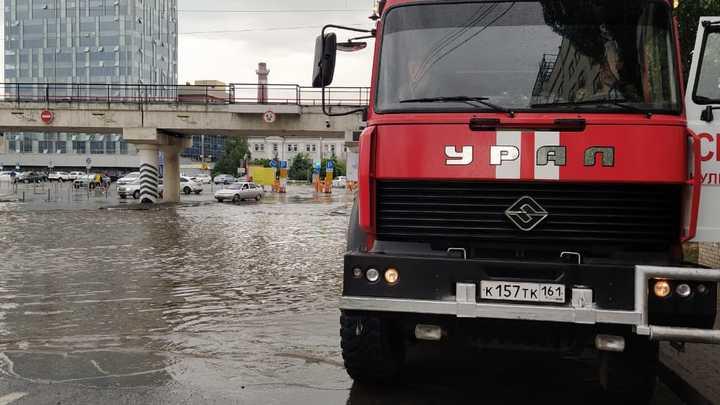 В Ростове устранять потоп возле главного ж/д вокзала вызвали насосную станцию МЧС