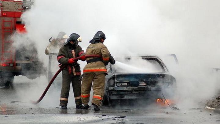 При пожаре на складе под Новосибирском сгорели семь машин
