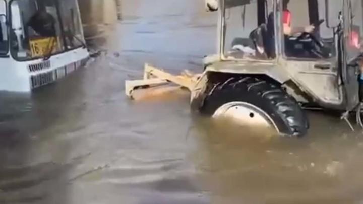 В Новосибирской области автобус с пассажирами вытаскивали из воды трактором