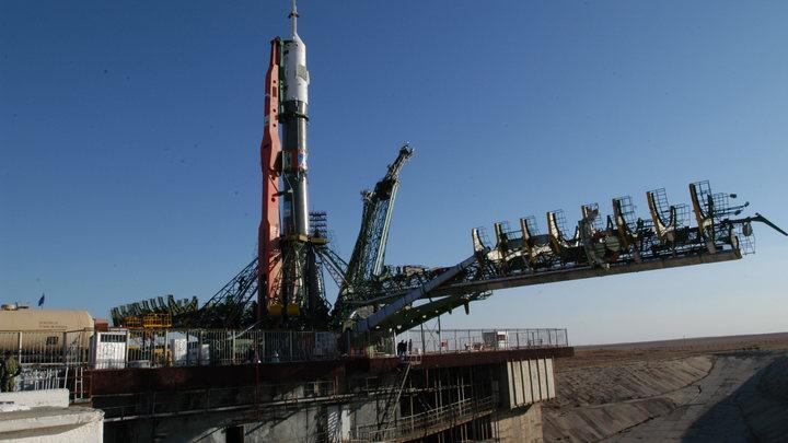 Дмитрий Азаров поздравил космический регион с Днем космонавтики