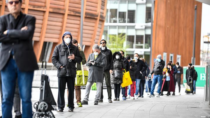 Дистанция - два-три метра: Как итальянцы ходят в магазины под угрозой коронавируса