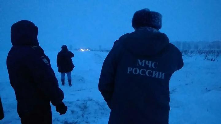 Голыми руками разгребают снег, собирают тела - спасатели продолжают работу на месте крушения Ан-148