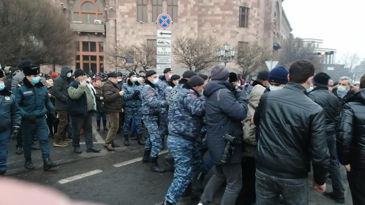 Попытку захвата правительства инкриминируют участникам акции в Ереване