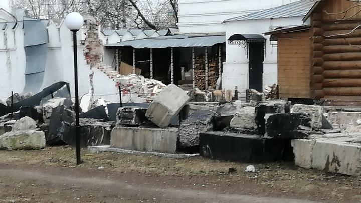 В Муромском Свято-Троицком монастыре упала часть стены