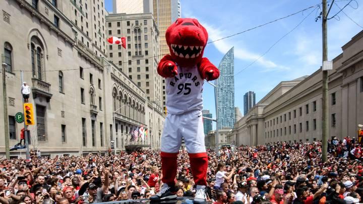 Премьер Канады оказался невольным свидетелем стрельбы на параде в Торонто