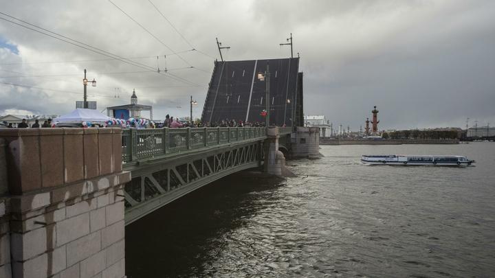 Дворцовый мост в Петербурге перекрывали из-за правительственной яхты