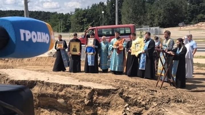 Возле аварийного моста в Гродно священники отслужили молебен