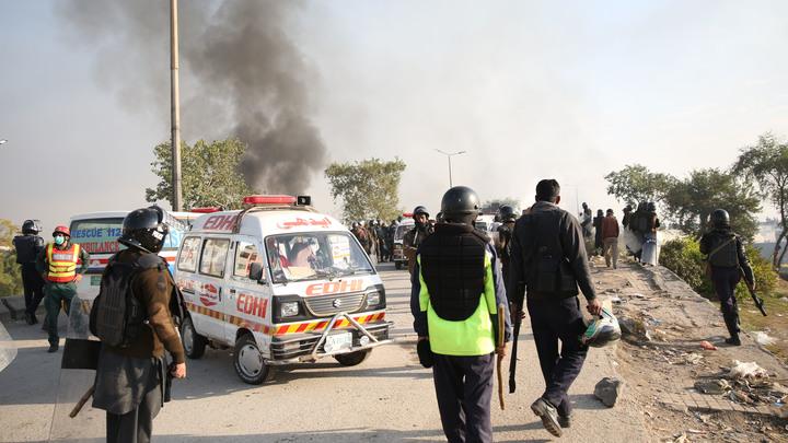 В Исламабаде в результате столкновений пострадали около сотни полицейских