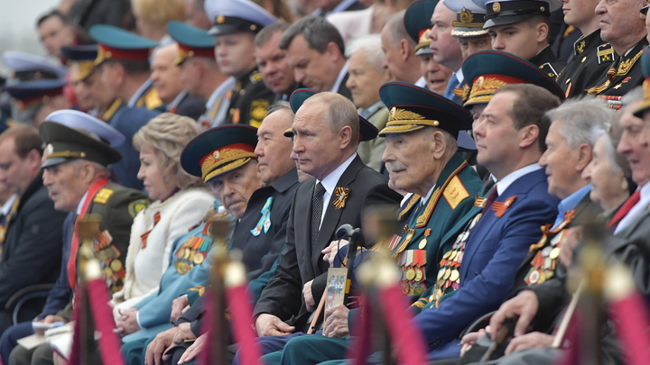 Мы погибли, чтоб жили вы: Путин принёс цветы к мемориалу Рубежный камень в Санкт-Петербурге