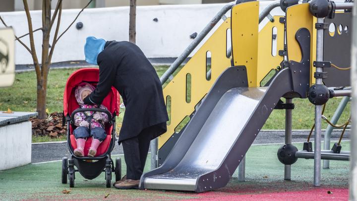 СК РФ проверяет семью мигрантов, допустившую падение шкафа на годовалого ребенка