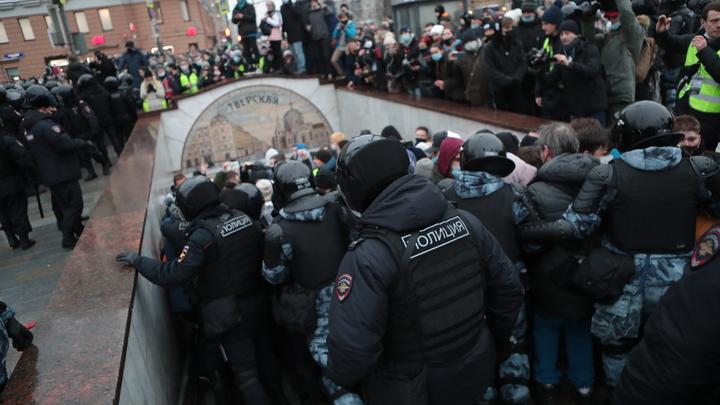 Сбили на машине, ударили по голове: Как участники протестов шли против полицейских
