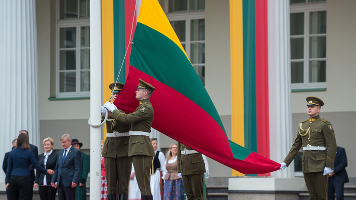 Литву поздравили с восстановлением государственности на туалетной бумаге