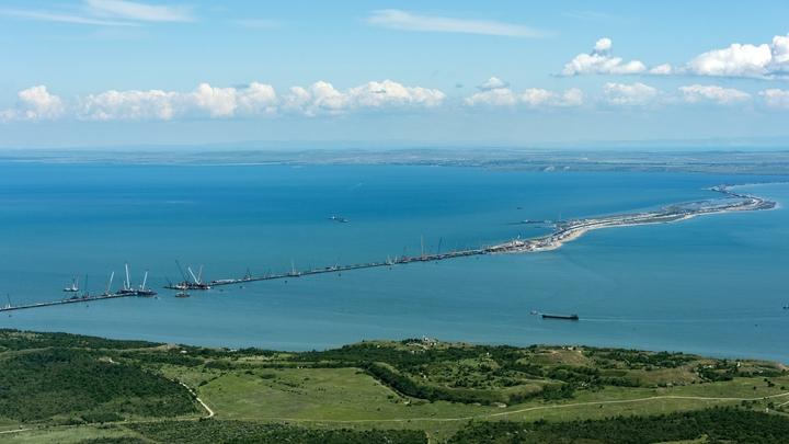 Сильный ветер и шторм: В Сети появилось видео столкновения плавкрана с Крымским мостом