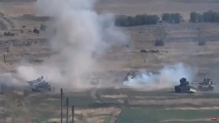 Молитва за минуты до обстрела: пронзительное видео из Карабаха опубликовал WarGonzo