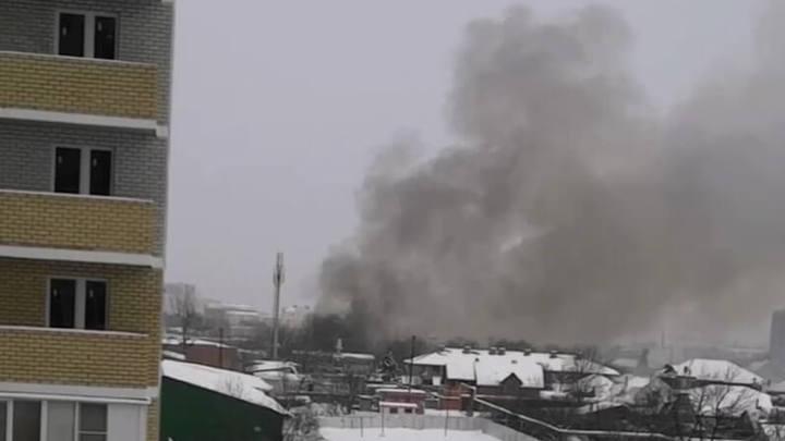 В Краснодаре спасатели тушат пожар в 1000 квадратных метров
