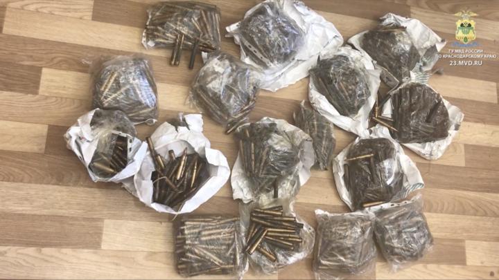 В Крымске у мужчины нашли более 2000 патронов и 3 банки с порохом