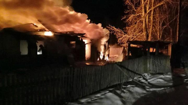 Готовила обед и подожгла дом: под Копейском на пожаре пострадала девочка