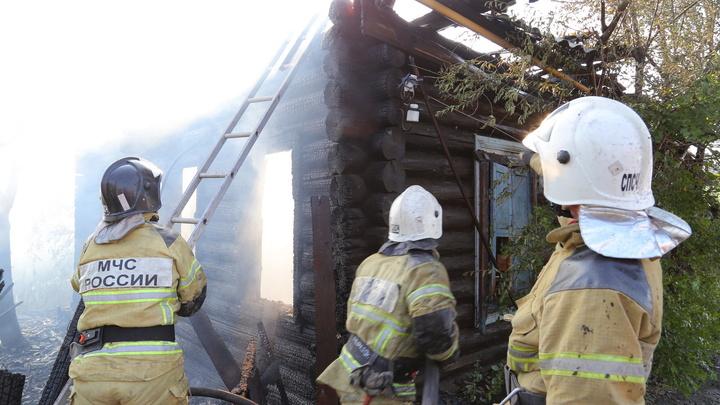 В Кургане пожар с нежилого дома перекинулся на жилой
