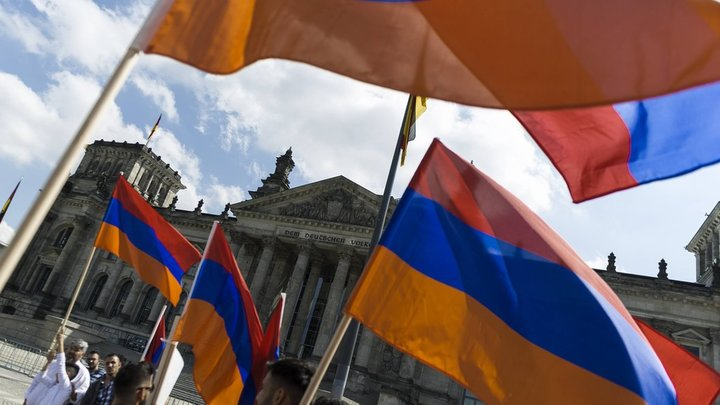 Митингующие в Ереване перекрыли движение в центре города