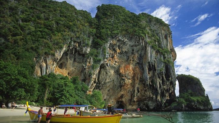 Оно поднимало голову и пыталось дышать: На берег курорта в Таиланде выбросило морского мутанта