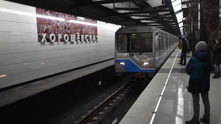 Без паники и по цепочке: Как вызволяли сотни пассажиров из застрявших в метро поездов
