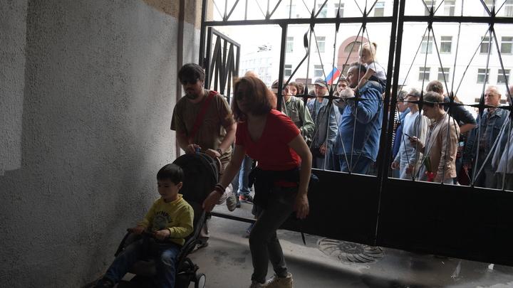 Прикрываться младенцем - это норма? В Рунете напомнили митингующим родителям о мерах демократии