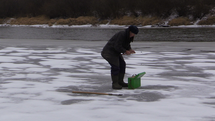 Владимирские рыбаки уже вышли на первый лед. Толщиной 2 сантиметра!