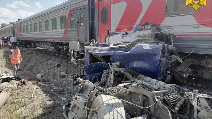 Поезд Ейск-Москва столкнулся м цементовозом