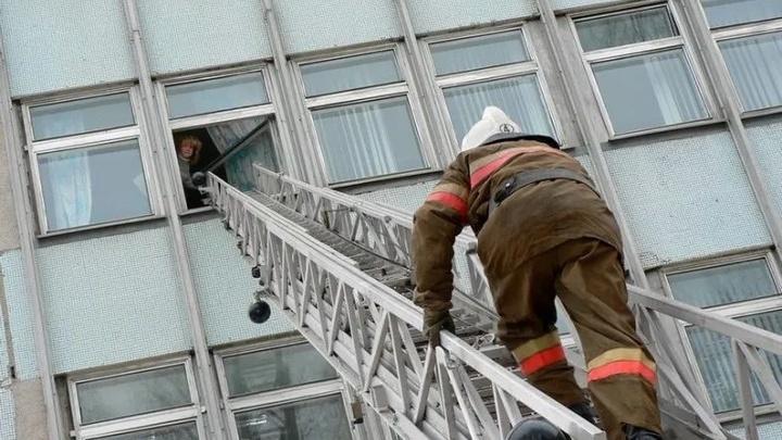 Пожарные спасли ребенка, пенсионерку и ещешестьжителей Читы