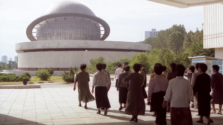 Ездят на велосипедах и играют в волейбол: Туристы сняли настоящую жизнь в КНДР