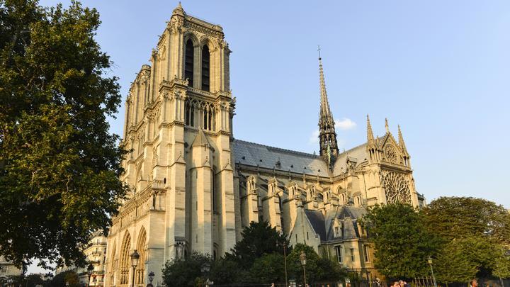 Шпиль Нотр-Дама в огне: В Париже загорелся знаменитый на весь мир собор - видео