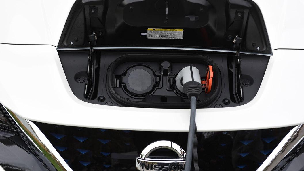 Электромобили разрешили заряжать впомещениях