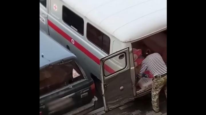 Кемеровчане обсуждают видео со стройматериалами в машине скорой помощи