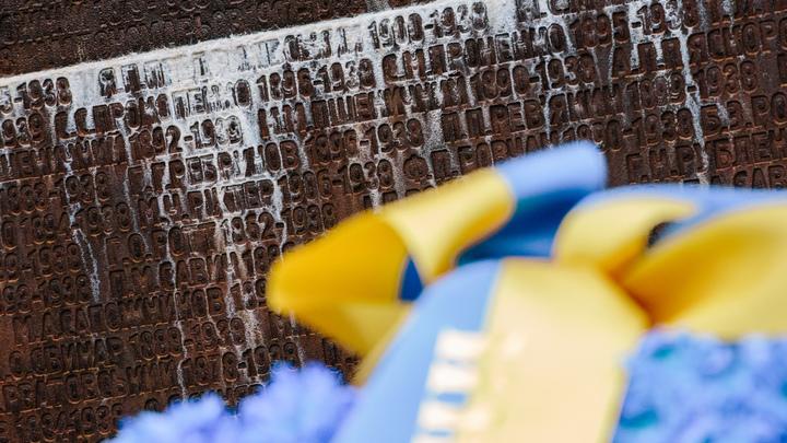 Под Тернополем укронацисты бросили коктейль Молотова в памятник жертвам Холокоста